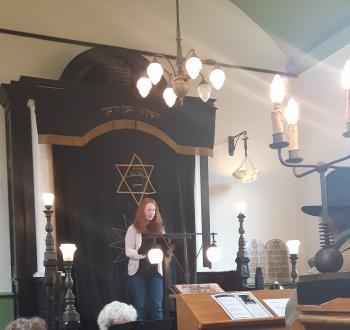 Leerlingen bezoeken synagoge