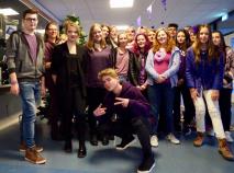 Leerlingen in paars gekleed