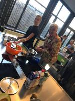 Leerlingen koken met eenzame ouderen