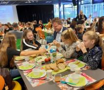 Brugklassers samen aan het ontbijt